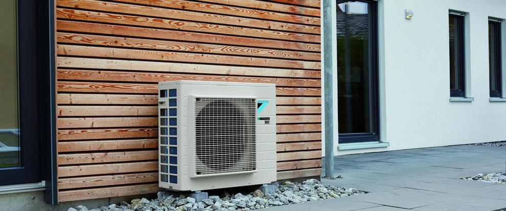 Klimatechnik: Daikin Klimaanlage vor einer Fassade mit Kältemittel R32