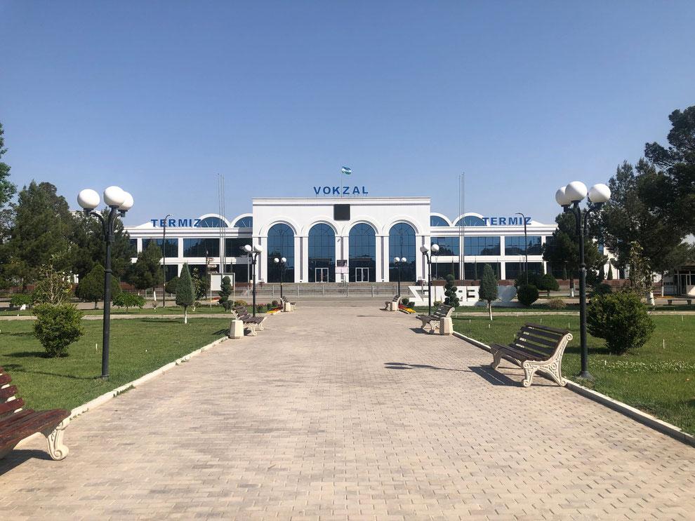 Der Bahnhof in Termez, Usbekistan, eines der vielen neuen Gebäuden in der Stadt (Franz J. Marty, 18. April 2021)