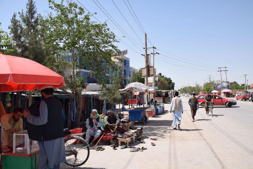 Die staubige Hauptstrasse in Hairatan, Afghanistan, verleiht dem Ort die Atmosphäre eines abgelegenen Grenzposten (Franz J. Marty, 19. April 2021)