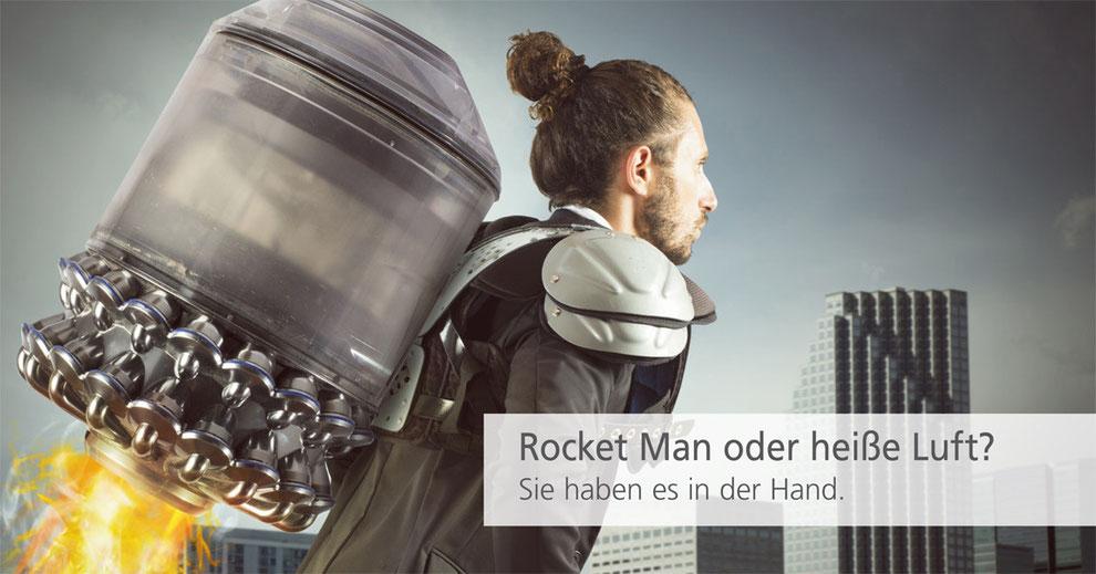 Mann mit einer Rakete auf dem Rücken, der bald abhebt.