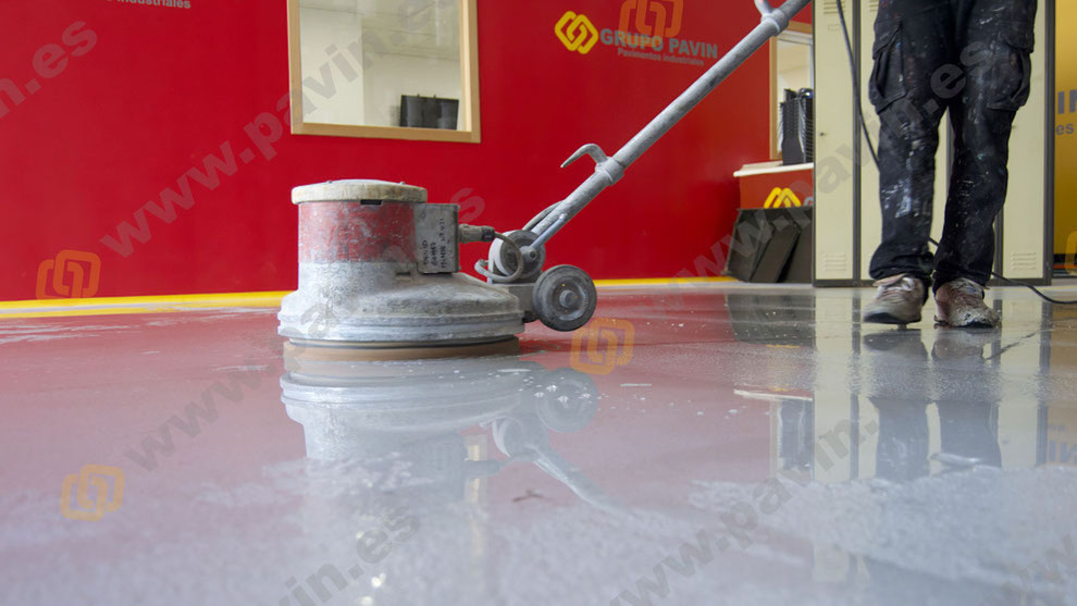 Cómo realizar correctamente un mantenimiento en los suelos y pavimentos industriales de resinas en Barcelona