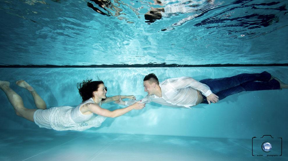 Bild: Paar bei einem Unterwasser Fotoshooting. Fotografiert von Sebastian Lange / Unterwasserfotograf Berlin