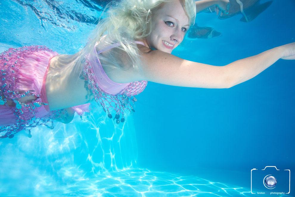 Bild: Model in Bauchtanz Outfit bei einem Unterwasser Fotoshooting