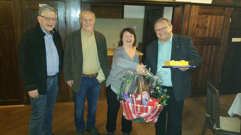Thomas Rösch, Horst Wallner und Manuela Ortmann überreichten einen Geschenkgutschein und Geschenkkorb an Rudi Peck.