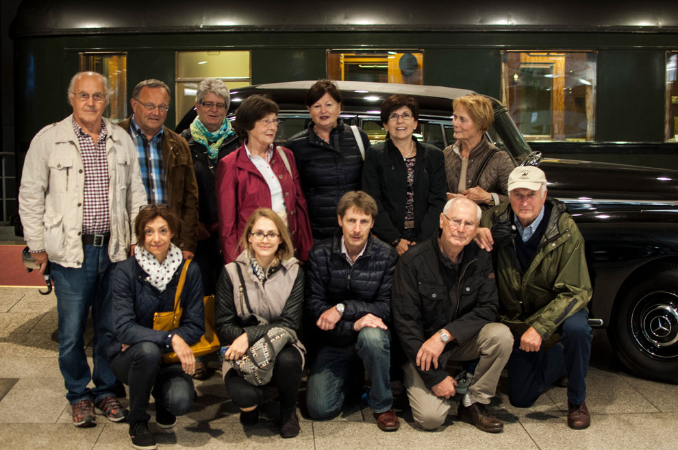 Im Haus der Geschichte - vor dem Salonwaggon von Ex-Kanzler Willy Brandt und dem ersten Dienst-Mercedes von Bundeskanzler Konrad Adenauer - begann eine interessante Stadtführung durch das ehemalige Regierungsviertel von Bonn.