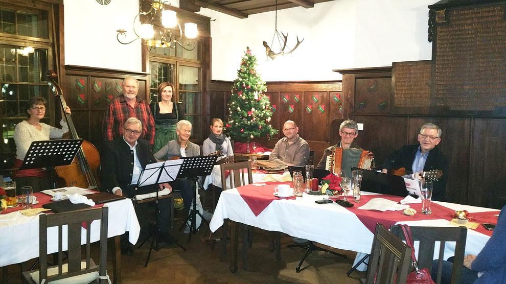 Stub'nmusik vom Spontichor Passau/Heining unter der Leitung von Christl Rösch (dritte von links) und (stehend) Christine Fisch und Reinhart Sitter