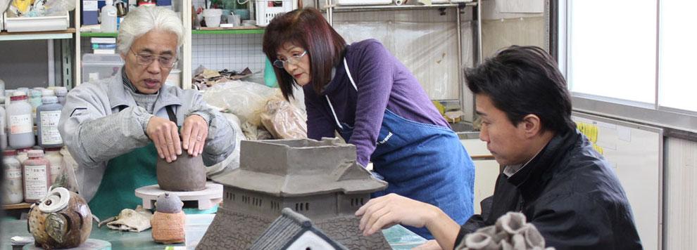 陶芸教室の風景、仲田康生が指導している。