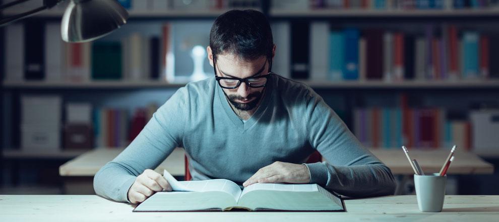 Ein fokussierter Mann liest ein Buch