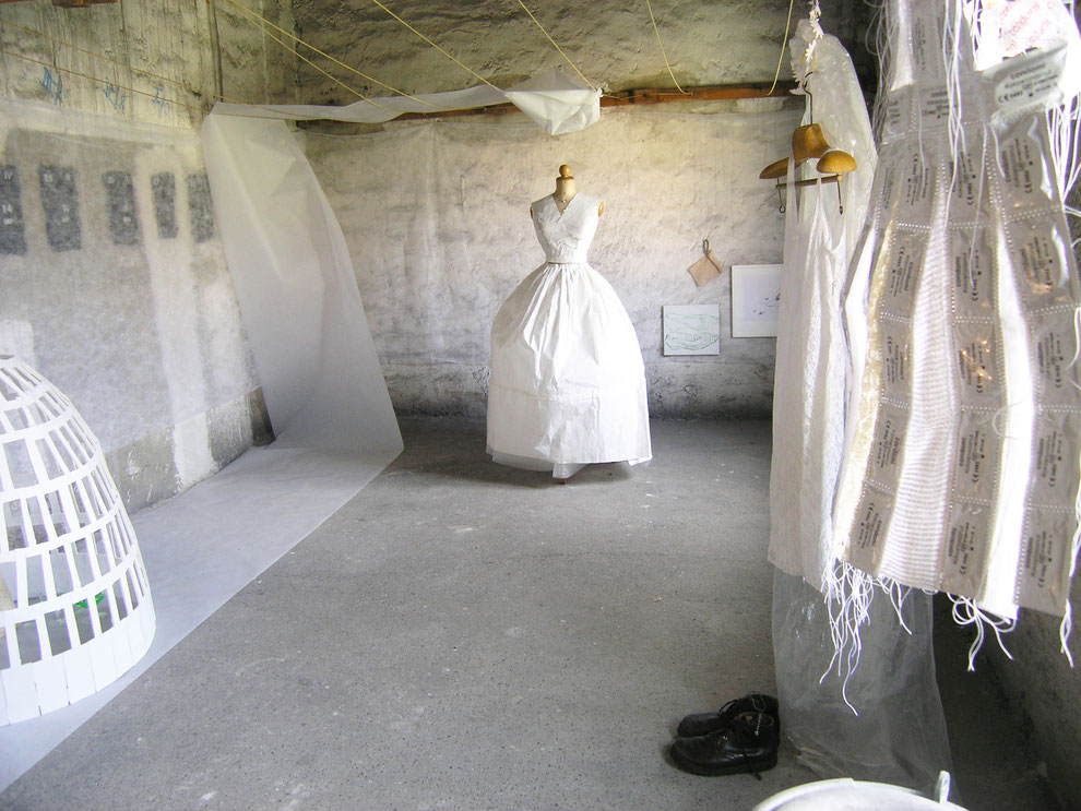 """Eva Hradil, """"Brautkleider waren mir immer zu eng"""" 2011, Rauminstallation, Waschküche/Atelier Waltraud Palme"""