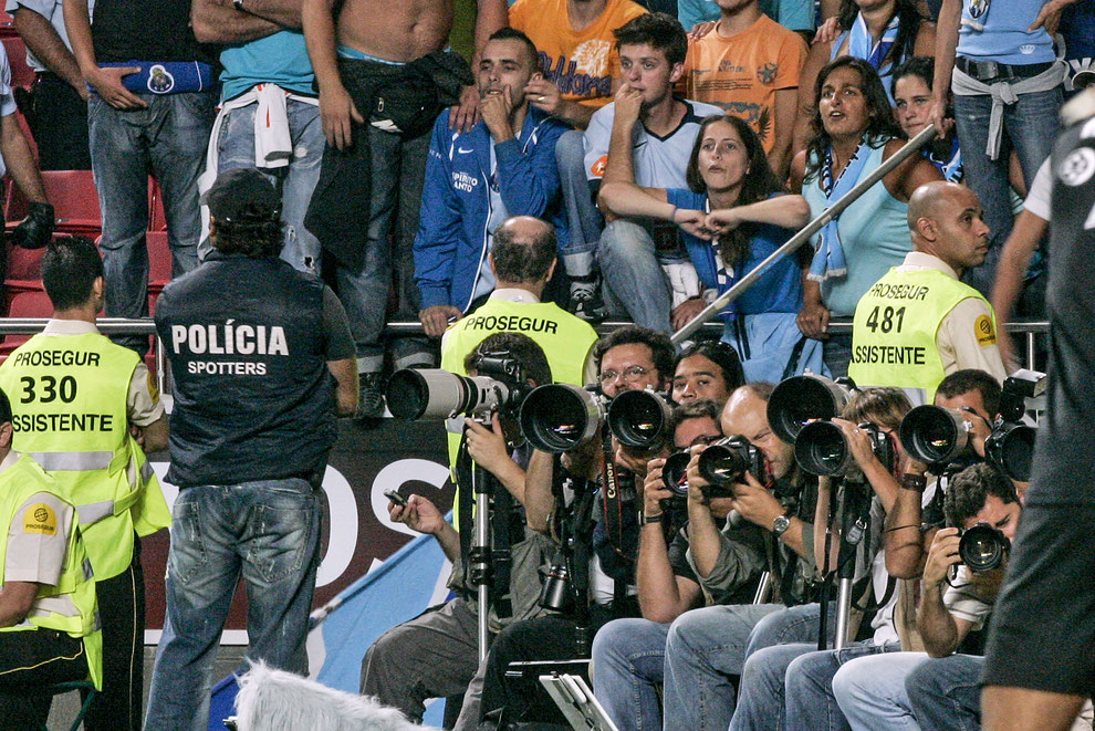 Photojournalist mob in front of the public during a football match. © Paulo Cordeiro