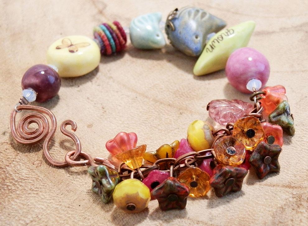 zomer armband met warme kleuren en kralen van keramiek, pantone trendkleuren 2020
