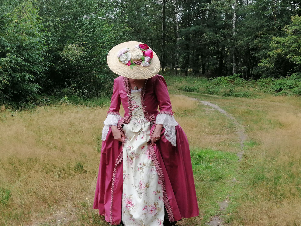 blog over achttiende eeuwse hoeden en tips om je een bergere hoed vast te zetten op je hoofd