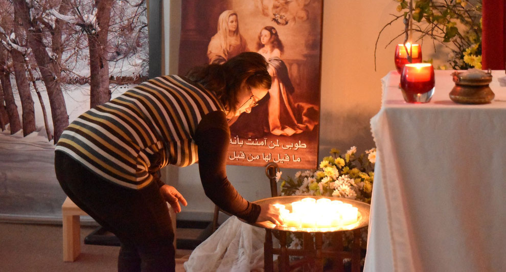 Jeune dans la chapelle du Foyer avec bougie en prière