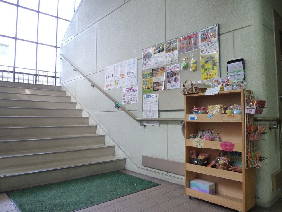 会館1階、階段付近の様子