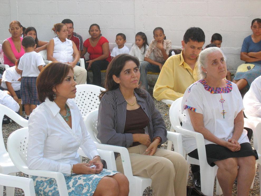 Brenda Kilgore (Frau des Bürgermeisters), Sandra Quiroz de Eggenberger (Koordinatin), Teresa de Pastor(Direktorin des Museums für Anthropologie und Geschichte) v.l.n.r. während der Einweihungsfeier