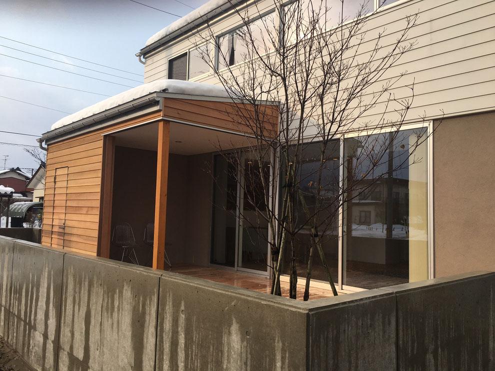 五泉市 白い家 完成見学会 RC塀とデッキテラス