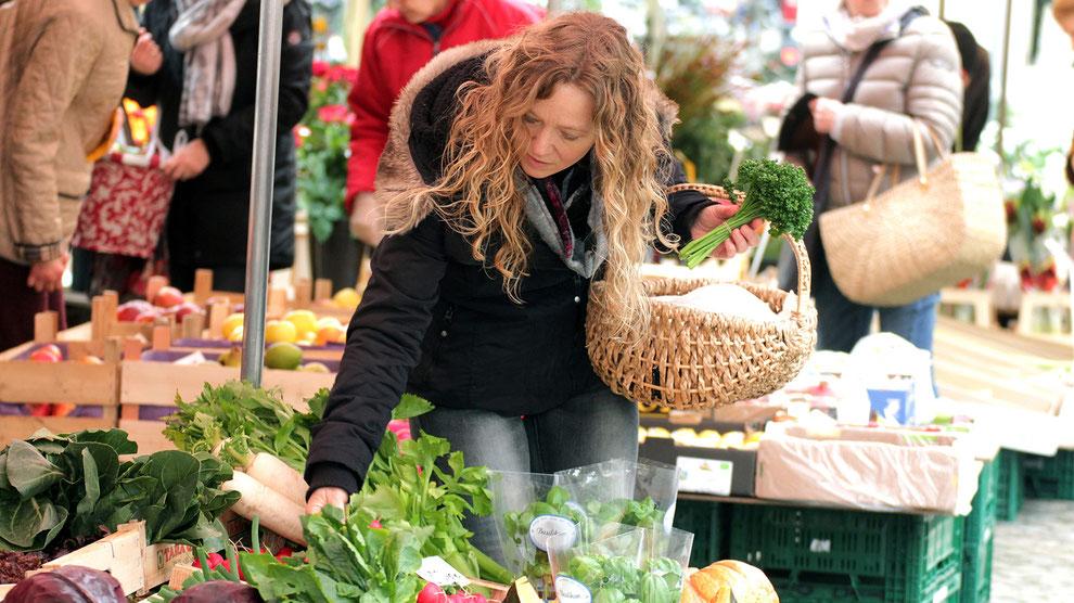 Meike Eadzeweit beim Einkauf auf dem Markt