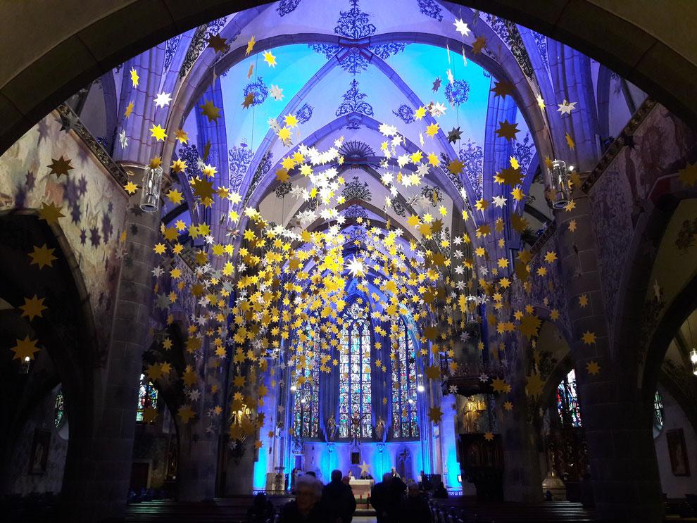 Besuchen Sie beim Mitternachtsweihnachtsmarkt in Ahrweiler auch die Kirche, die wunderschön geschmückt sein wird.