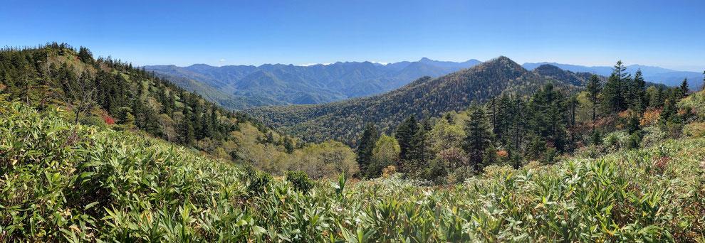 白尾山から南方の山々を望む