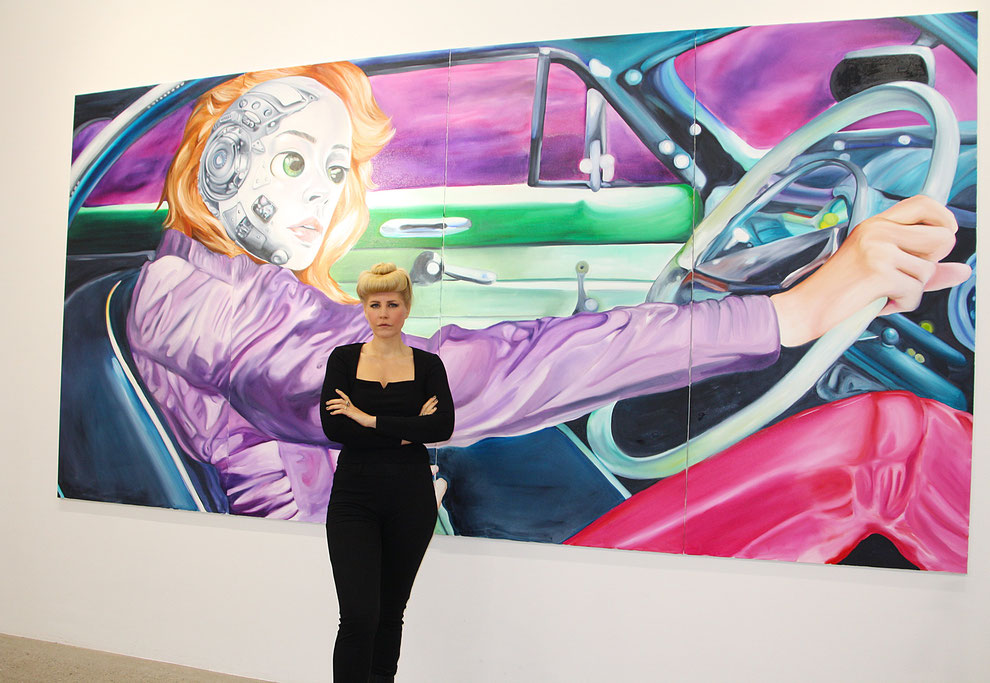 Charlie Stein, Künstlerin, vor ihrem Bild Ride, SMAC Galerie, Berlin, kunstStory