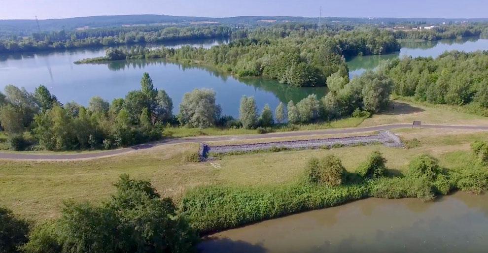 Déversoir de Pont-Sainte-Maxence. Au premier plan, l'Oise et au fond, le casier.