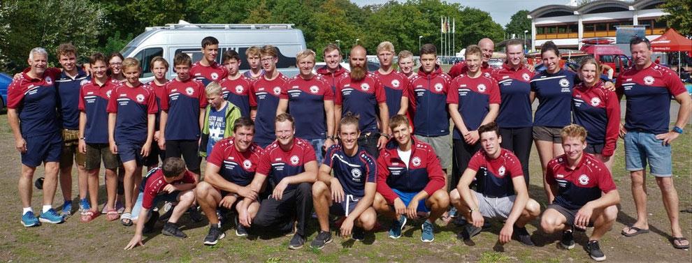 Eine stattliche Truppe: Die Kanupolo-Teams des Donau-Ruder-Clubs Neuburg haben bei den Deutschen Meisterschaften in Duisburg aufhorchen lassen. Für die gute Jugendarbeit hat der Verein eine Auszeichnung erhalten. (Foto: Ch. Semisch)