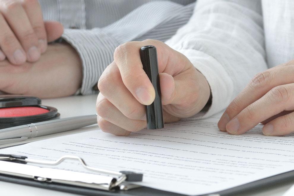 売買契約書に署名捺印する