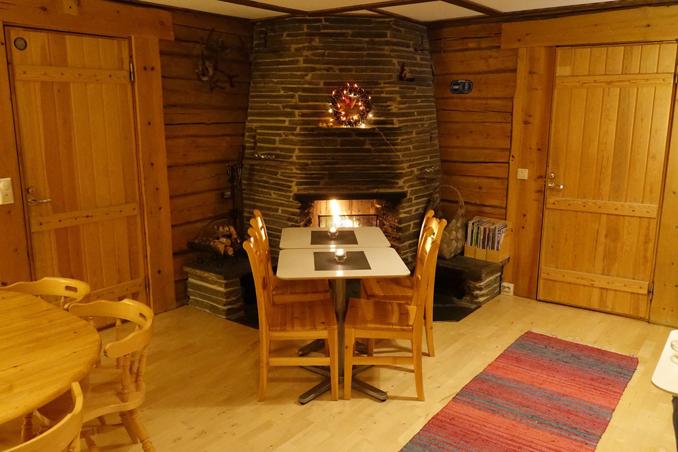 Das Frühstücksbuffet und der Frühstücksraum mit gemütlichem offenen Kamin :-)