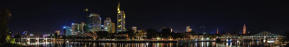 Wunderschöner Panorama Blick auf die Stadt Frankfurt am Main mit Bürogebäuden Commerzbank und der alten Brücke Eiserner Steg und Untermainkai Auto-Brücke