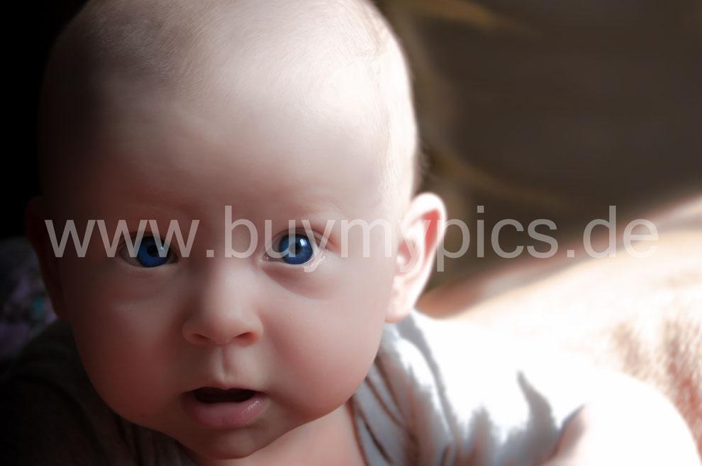 Kinderportrait Babyfoto Kleines Baby mit blauen Augen