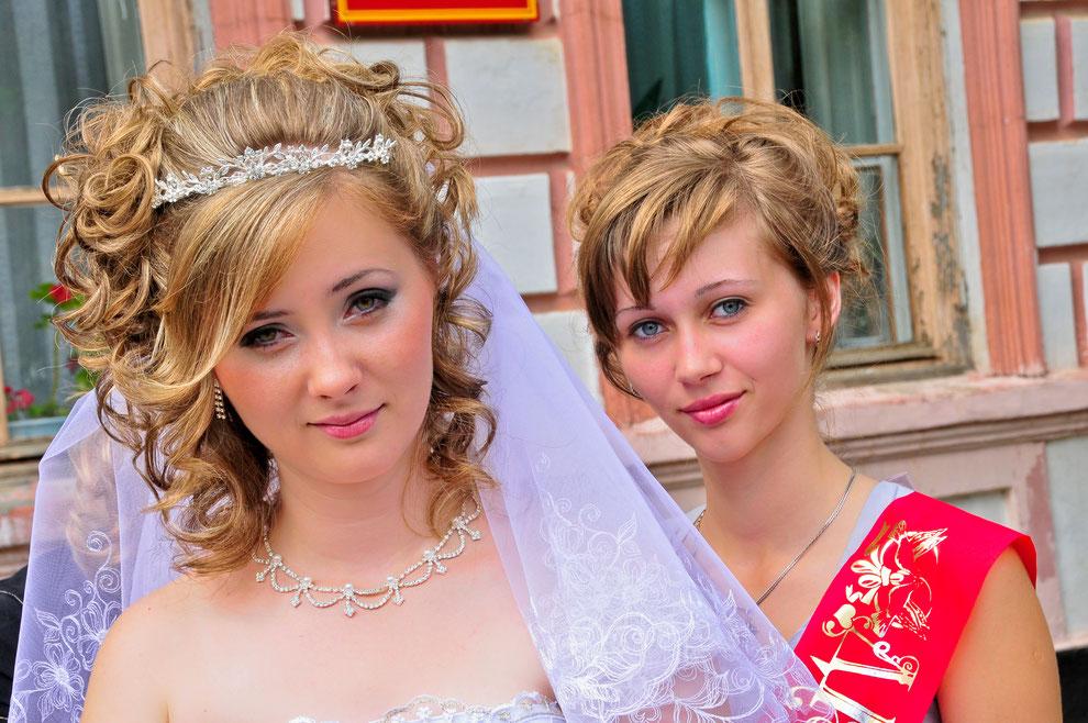 Porträt-Bild Portrait-Foto von zwei jungen hübschen Frauen bei einer Hochzeit