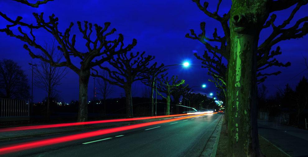 Lichtspuren von fahrenden Autos nimmt man mit Stativ, Fernauslöser und langer Verschlusszeit auf