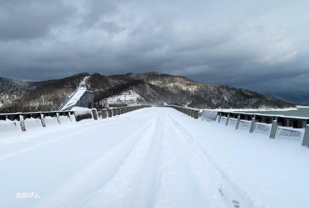忠別ダムの上の道