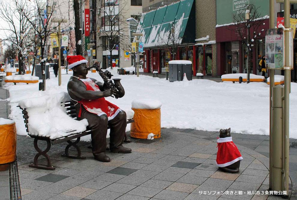 サキソフォン吹きと猫・旭川市3条買物公園・冬