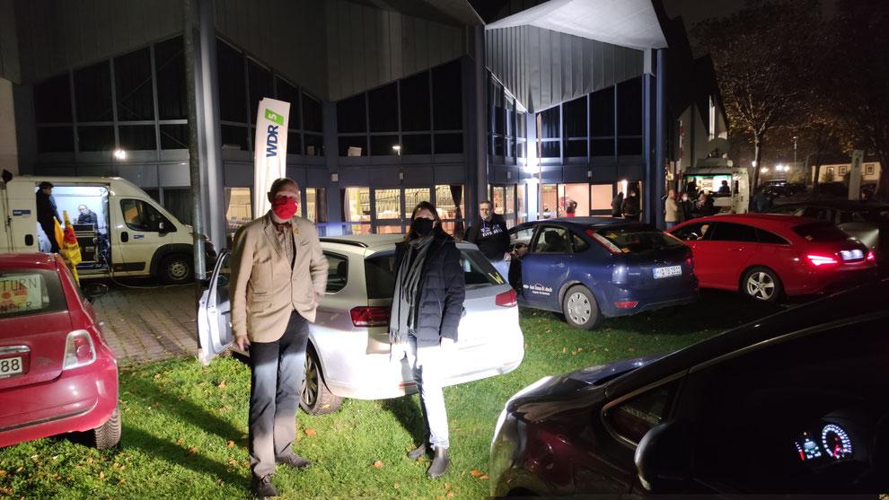 Parkplatz mit Teilnehmern vor der Stadthalle: v. L. Roger van Heynsbergen, stellvertretender Beverunger Bürgermeister, Edith Götz, Verein Atomfreies Dreiländereck e.V.