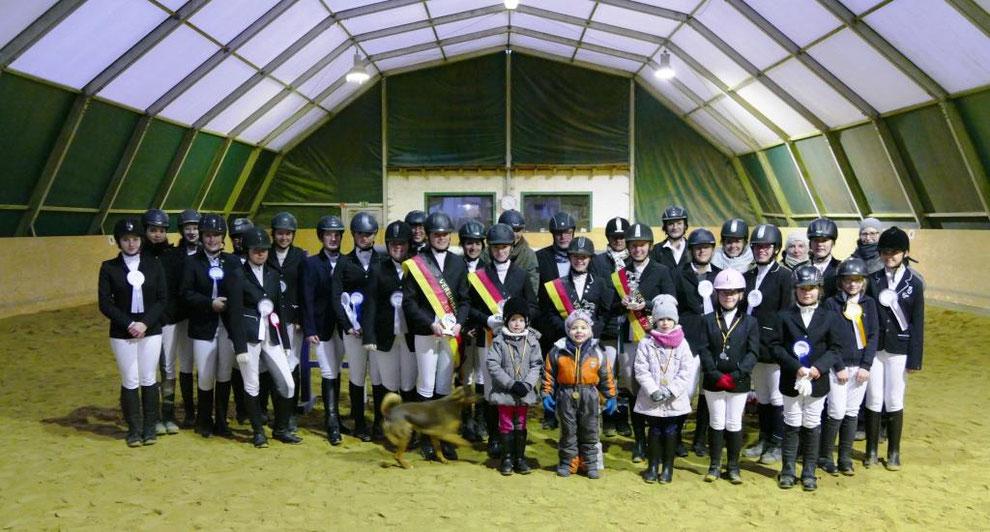 Reiterinnen und Reiter bei der Ehrung der Vereinsmeister in der Reithalle