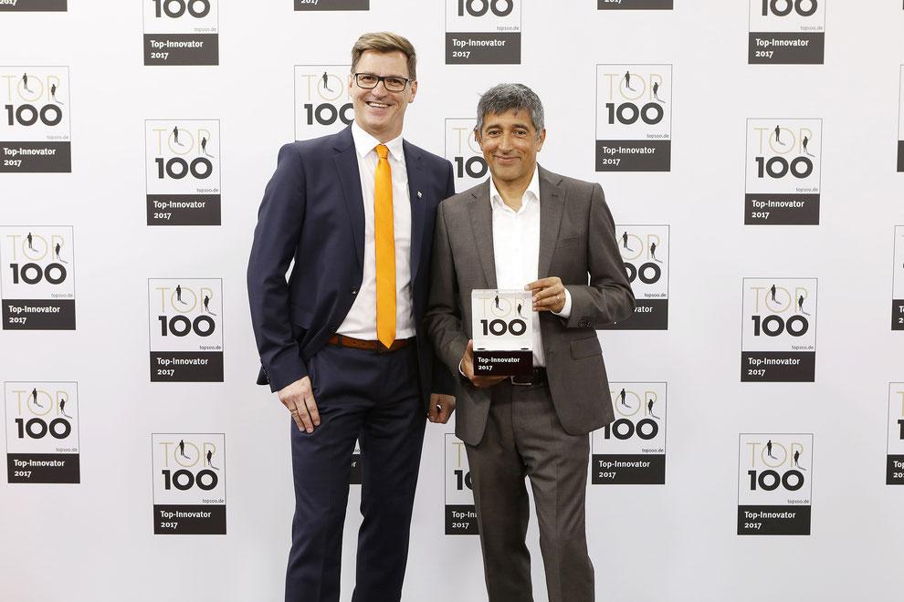 Preisverleihung TOP100-Innovator durch Rangar Yogeshwar an Movecat CEO Andrew Abele