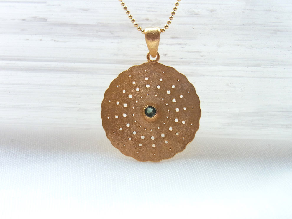 goldene Kette mit rundem handgeschmiedetem Amulett mit facettiertem blaugrünem Turmalin