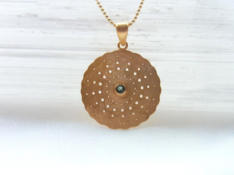 Goldene Kette mit handgeschmiedetem Amulett und facettiertem grünem Turmalin