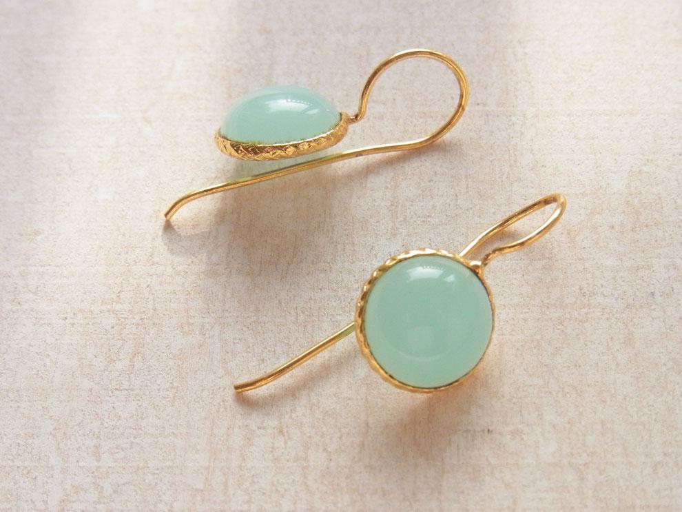 Ohrringe aus vergoldetem Messing mit blau grünem Chalcedon