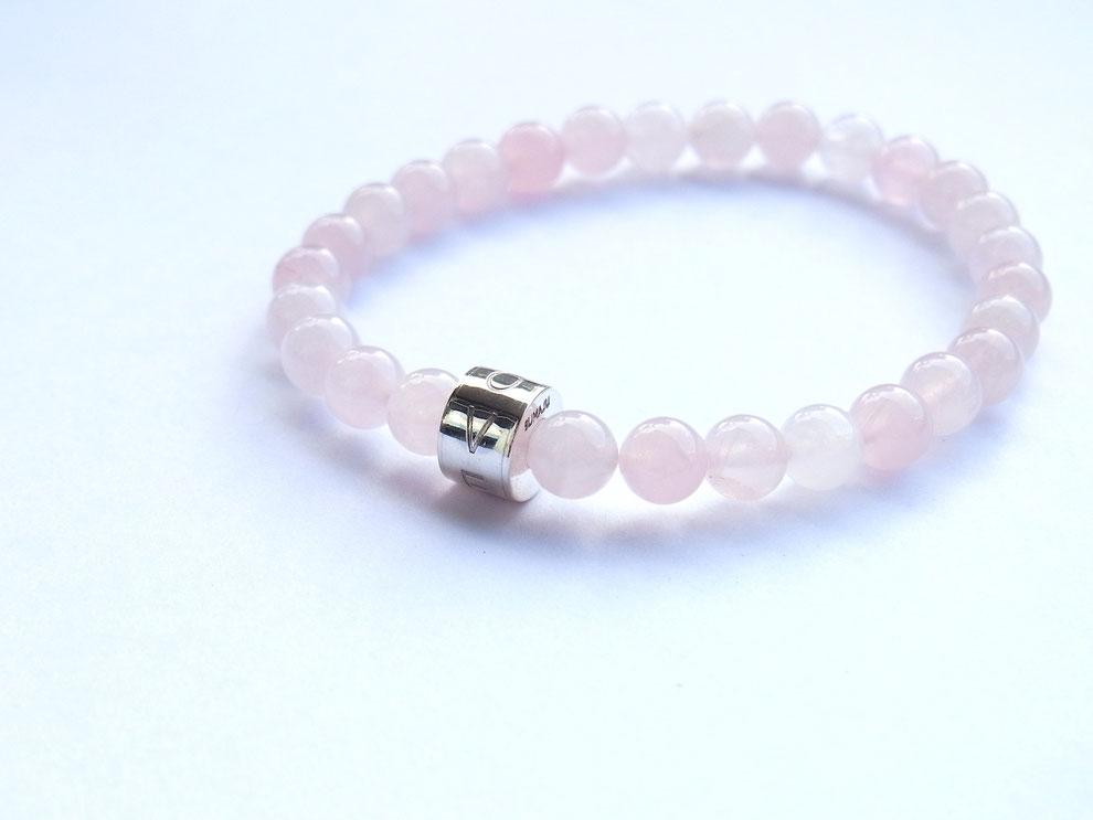 Edelsteinarmband aus Rosenquarz Perlen und mit handgeschmiedeter Silberperle und der Gravur LOVE