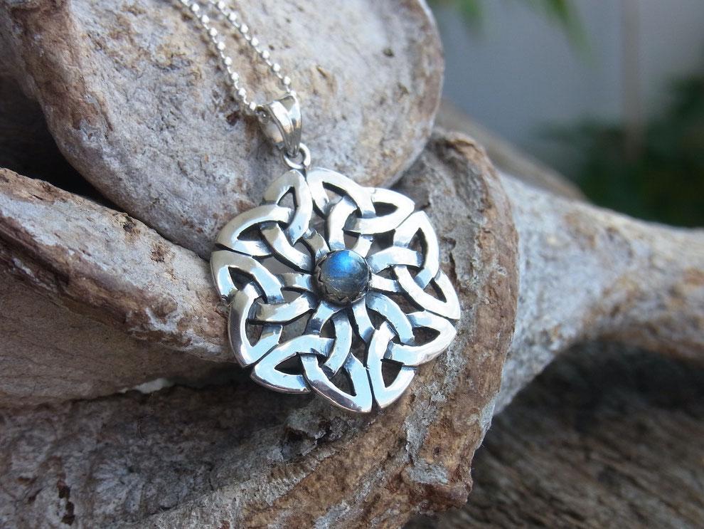 Kette mit handgeschmiedetem Knoten Symbol Amulett aus Silber