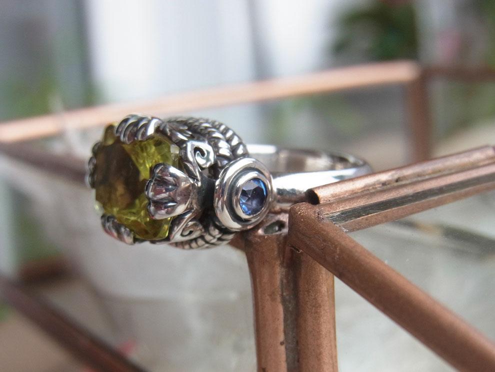 Ring aus Silber mit großem facettierten Zitronenquarz und blauem Topas