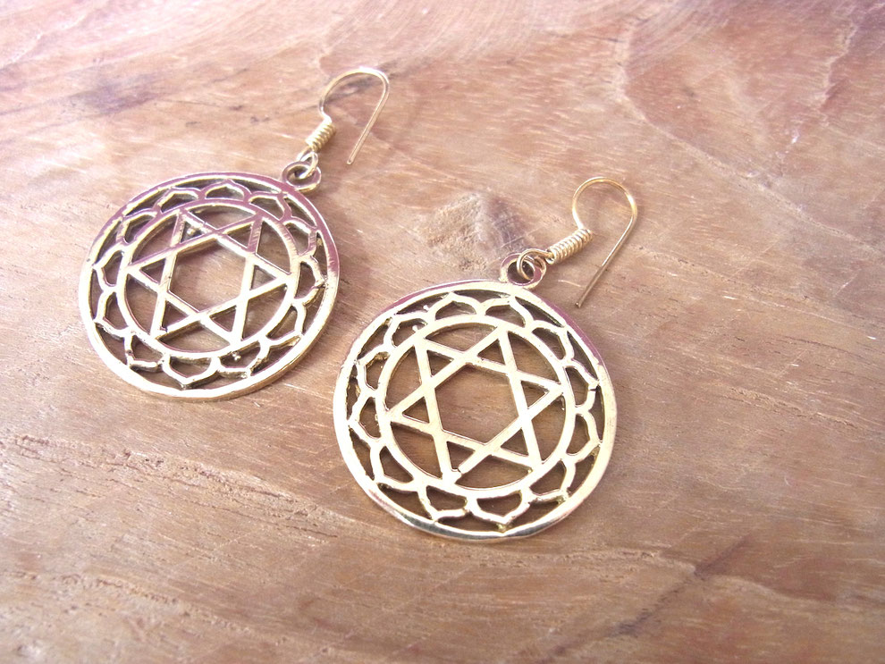 Vergoldete Ohrringe mit Herzchakra Symbol