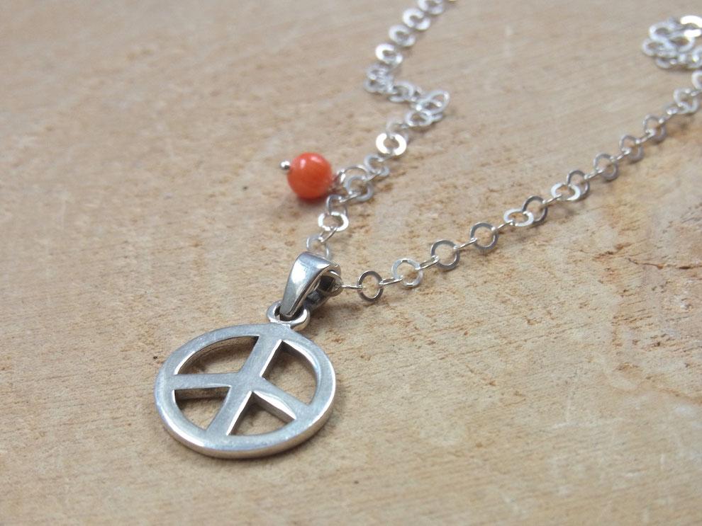 Silberkette mit Peace Anhänger und oranger Korallen Perle