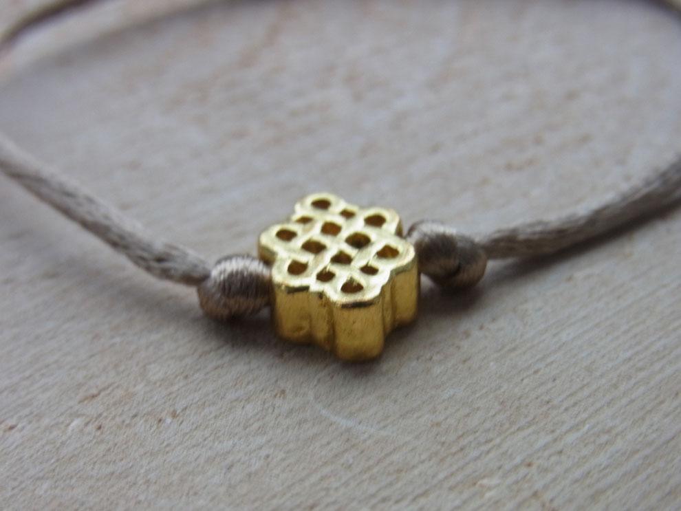 Seidenarmband mit goldenem Pasta Glückssymbol Anhänger