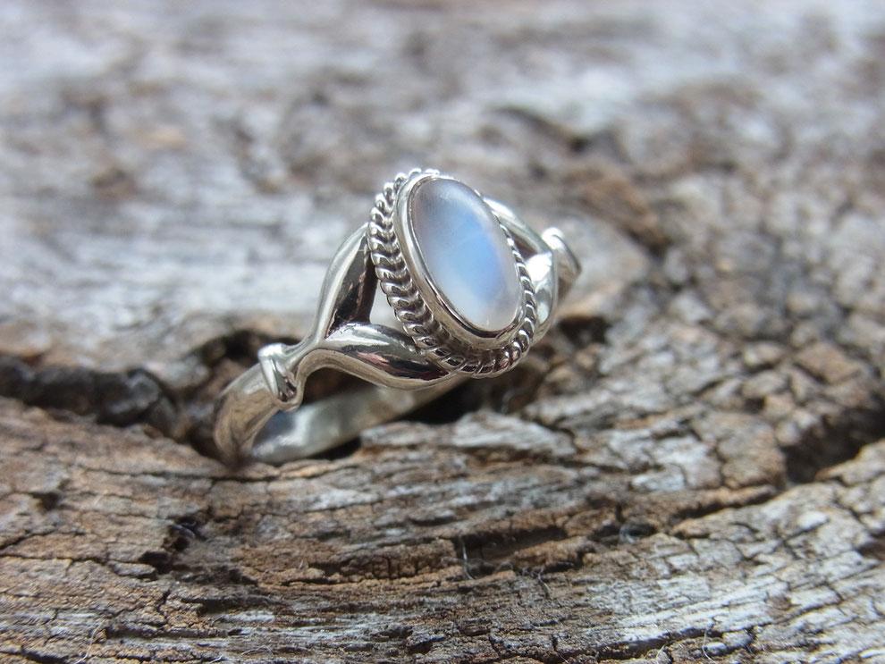 Silberring mit ovalem Regenbogen Mondstein Cabochon