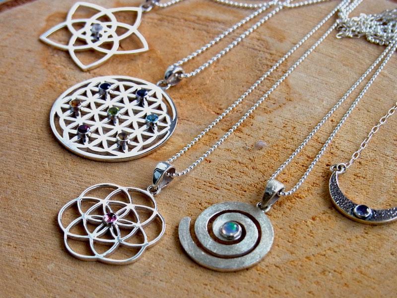 Schmuck mit spirituellen Symbol Anhänger und Edelsteinen