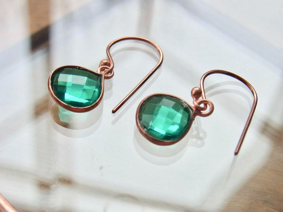 Ohrringe aus Kupfer mit grün leuchtenden Steinen