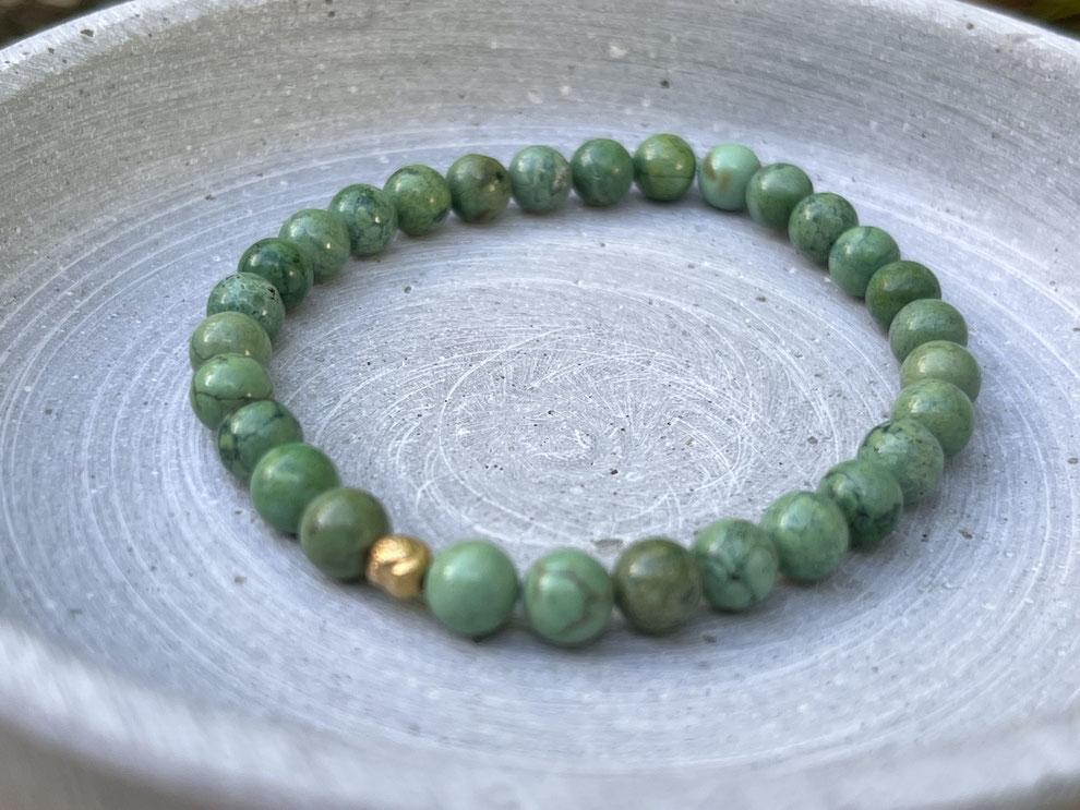 Armband mit grünen Türkis Perlen und goldener Muschel